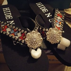 Nwt embroidered concho flip flops